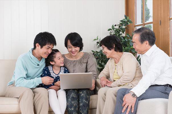 家族でパソコンを見ている写真